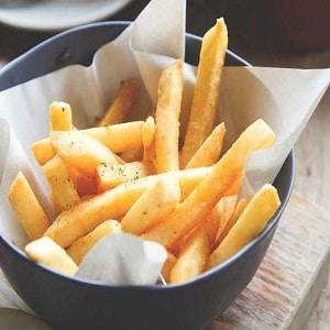 Patatas fritas en freidora de aire caliente